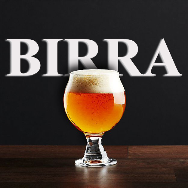 Scritta-birra-sullo-sfondo-e-bicchiere-birra-in-primo-piano